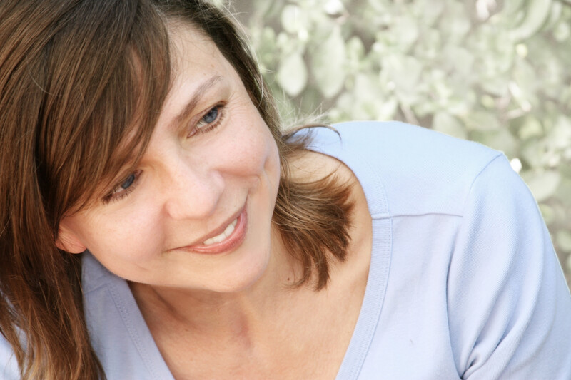 healthy during divorce: happy woman sitting in the grass